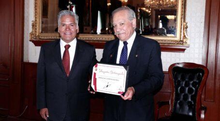 Reconoce Cabildo a Horacio Campos Lozada, toluqueño destacado en Derecho Aeronáutico y Espacial
