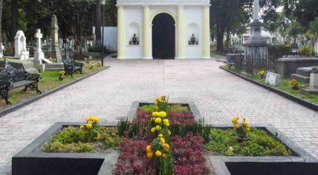 Limpian y colocan flores en los panteones de Toluca
