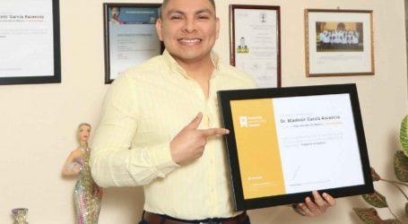 Recibe profesor de la UAG reconocimiento como Mejor Dermatólogo de México