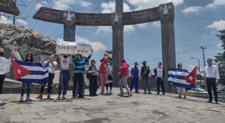 Se manifiestan cubanos en en Monumento a Niños Héroes