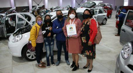 Entrega SMSEM autos y computadoras a maestros ganadores de rifas
